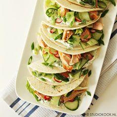 Deze taco's met zalm en dillesaus zijn makkelijk, snel en gezond! Je zet ze in een handomdraai op tafel. Makkelijk voor een doordeweekse dag!