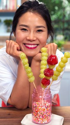 Candied Fruit Lollipop (Tanghuru) Made of candied fruit on a stick, this Chinese street food is super easy to make. Grape Recipes, Strawberry Recipes, Candy Recipes, Fruit Recipes, Chinese Fruit, Chinese Street Food, Chinese Candy, Chinese Desserts, Candied Strawberries Recipe