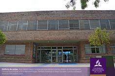 Edifício de aulas para a Faculdade de Humanidades, Ciências Econômicas e da Administração da Universidade Adventista del Prata (UAP), Argentina. Pela manhã aqui funcionam as classes do Instituto Secundário.  Fotografia: http://www.uapar.edu