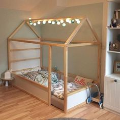 Most current Photos Ikea Kura bed hacks; the best examples - Mamal Liefde.nl - Samantha Fashion Life Suggestions In lots of dormitories Ikea rooms are happy to be observed, as they supply numerous answers for a cl Kura Cama Ikea, Ikea Kura Hack, Ikea Hacks, Diy Hacks, Ikea Loft Bed Hack, Cama Montessori Ikea, Montessori Classroom, Toddler Rooms, Ikea Toddler Bed