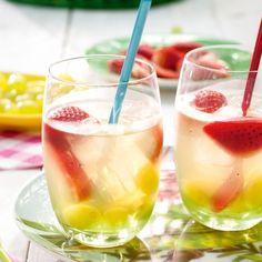 Witte sangria - Bij een stralende zon en een gezellige picknick past dit heerlijk verkoelende drankje perfect! #recept #sangria #onthego #JumboSupermarkten