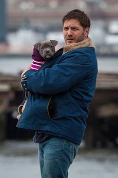 Y se preocupa por ellos. | 35 fotos de Tom Hardy con perros por si tienes un mal día