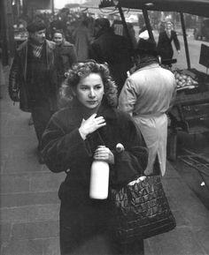 Robert Doisneau // Mademoiselle Vivin, Paris, 1953 Plus Henri Cartier Bresson, Robert Doisneau, Vintage Photographs, Vintage Photos, Old Paris, French Photographers, Photo Black, Black And White Pictures, Life Magazine