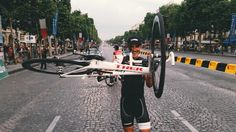 Tim Vanderjeugd @vanderjeugd My favorite photo of the Champs-Elysées parade! @Markelirizar pic.twitter.com/gtWbMrBrg1