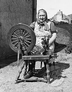 Senior woman using a spinning wheel, Barra, Outer Hebrides, Scotland Stock Photo Spinning Wool, Hand Spinning, Spinning Wheels, Vintage Photographs, Vintage Photos, Outer Hebrides, Pictures Of People, Women In History, Ancient Art