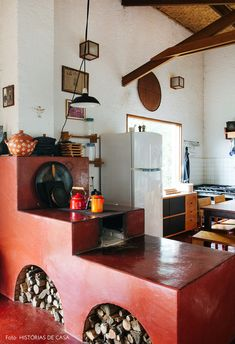 Fogão à lenha vermelho e decoração caipira em casa. Outdoor Kitchen Design, Rustic Kitchen, Interior Design Kitchen, Old Fashioned Kitchen, Pantry Design, Apartment Interior, Sweet Home, House Design, Home Decor