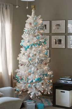 this makes me want a WHITE tree! And I want that ornament garland too!