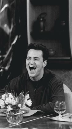 Find images and videos about friends, movies and series on We Heart It - the app to get lost in what you love. Chandler Friends, Friends Tv Show, Friends 1994, Tv: Friends, Serie Friends, Friends Cast, Friends Episodes, Friends Moments, Friends Forever