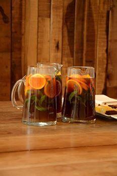 Té helado con naranja, menta y azúcar rubio Ingredientes:1,5 litros de agua mineral/té negro/3 naranjas/menta/azúcar/hielo//Calentar el agua sin que hierva. Colocar los saquitos de té dentro y dejar que infusione. Retirarlos y dejar enfriar el líquido. Colocar en una jarra hielo, azúcar rubio a gusto (yo puse 3 cdas soperas por jarra), la menta, las naranjas bien lavadas cortadas en rodajas y agregar el té. Remover, dejar macerar, enfriar bien y servir.