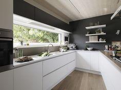Risultati immagini per cucina total white colore gole e zoccolo