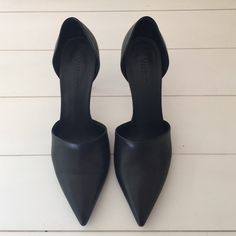 Vince Black Pump Size 8 Absolutely beautiful shoe in excellent condition‼️ Style name is Claire.❤️ Vince Shoes Heels