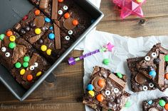 Witch's Brew Brownies: Sprinkle your favorite candies over brownie batter for a tasty Halloween treat–and don't forget the edible googly eyes! Find more easy, quick and tasty DIY Halloween party snacks that are fun and creepy here. Halloween Goodies, Halloween Fun, Halloween Birthday, Halloween Party Snacks, Halloween Desserts, Halloween Decorations, Decorated Brownies, Witches Brew, Pastry Cake