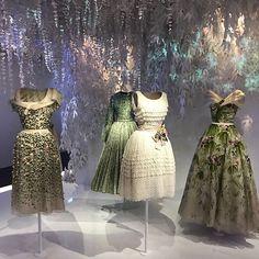 """Para comemorar os 70 anos da maison a @dior preparou a maior exposição da história da marca intitulado de """"Christian Dior - Couturier du Rêve"""". O local escolhido foi o Musée des Arts Décoratifs e até janeiro estarão expostos mais de 300 looks exclusivamente das coleções de alta-costura. A abertura começa já já em Paris e nossa equipe de moda está lá para prestigiar. Salut! (Por @ritalazzarotti e @vicceridono)  via GLAMOUR BRASIL MAGAZINE OFFICIAL INSTAGRAM - Celebrity  Fashion  Haute Couture…"""
