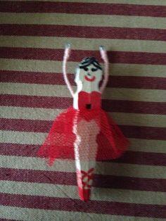 Bailarina de pinza de madera, rotulador y tul