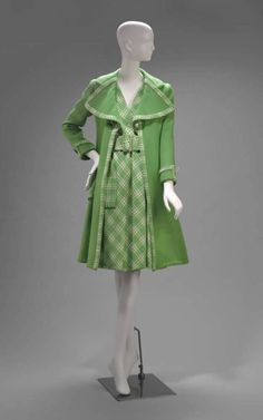 Ensemble Arnold Scaasi, 1973 The Museum of Fine Arts, Boston Runway Fashion, Fashion Beauty, Womens Fashion, Green Coat, Mode Inspiration, Historical Clothing, Dress Backs, Fashion History, Vintage Fashion