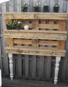 recycler une palette en bois en étagère jardin