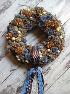 Laura virág - Mizsei Dorottya Xmas Wreaths, Christmas Tree Ornaments, Christmas Decorations, Pine Cone Art, Pine Cone Crafts, Fall Crafts For Adults, Flower Factory, Pine Cone Decorations, Diy Wreath