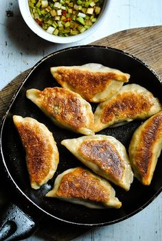 Crispy pot stickers (Chinese dumplings) with spicy mushroom and spinach filling VeganSandra – tasty, cheap and easy vegan recipes by Sandra Vungi: Crispy pot stickers (Chinese dumplings) with spicy mushroom and spinach filling Vegan Dumplings, Vegetable Dumplings, Chinese Dumplings, Dumpling Recipe, Vegan Recipes Easy, Asian Recipes, Vegetarian Recipes, Cooking Recipes, Vegetarian Pot Stickers Recipe