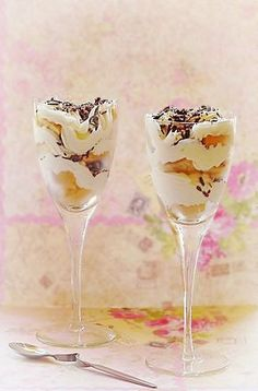 Yogurt dessert with cream and ladyfingers Romanian Desserts, Romanian Food, Mouse Recipes, Yogurt Dessert, Gooey Cookies, Mousse, Food To Make, Sweet Treats, Good Food