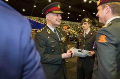 Generaal Middendorp overhandigt de Herinneringsmedaille. Foto: Ministerie van Defensie