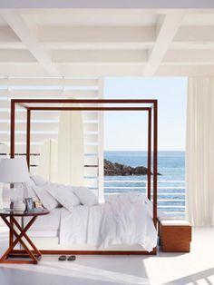 GlaMBarbiE Coastal all white bedroom I canopy bed I Lichte slaapkamer met uitzicht op zee