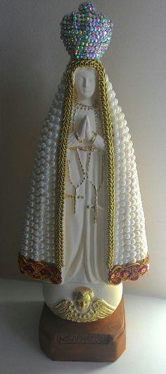 Nossa Senhora Aparecida estilizada com perolas e outros aderecos.