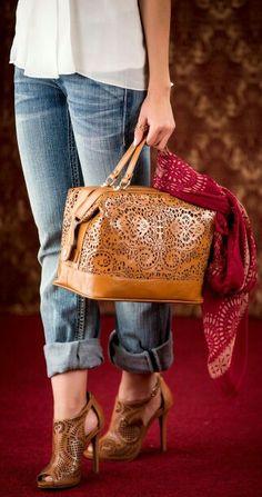 Hermosa bolsa tipo maletin color terracota con orificios láser. Divina ¡