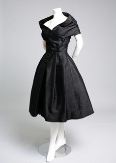 Christian Dior Haute Couture, Robe du Soir COURTE, 1955 vintage style that I wish would come back! Vintage Dior, Vintage Couture, Vintage Dresses, Vintage Outfits, 1950s Dresses, Dresses Dresses, Couture Dresses, Vintage Clothing, Women's Clothing