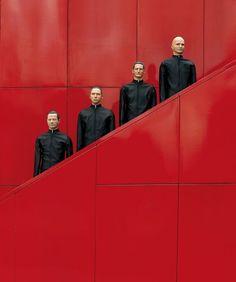 """Kraftwerk Mensch oder Maschine? Passend zur Konzertreihe der Gruppe Kraftwerk im Januar widmet das NRW-Forum Düsseldorf der Band eine Fotoausstellung mit dem Titel """"Kraftwerk Roboter""""."""