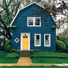 Ideas exterior paint colora for house yellow door Yellow House Exterior, Exterior Paint Colors For House, Paint Colors For Home, Paint Colours, Yellow Front Doors, Stucco Homes, House Siding, Building Exterior, Blue Building