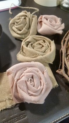 Rose in tessuto Shabby Chic - Tutorial Sewing Room Design, Sewing Art, Burlap Flowers, Fabric Flowers, Crochet Brooch, Sewing Projects For Beginners, Sewing Patterns Free, Design Crafts, Diy And Crafts