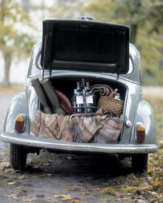 Volkswagen picnic (actually I think this is a Morris Minor. VWs have an engine in the trunk) Fall Picnic, Picnic Time, Summer Picnic, Country Picnic, Wine Country, Beach Picnic, Picnic Parties, Picnic Spot, Summer Food