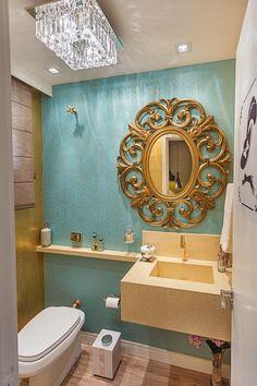 Olha que lindo ficou o lavabo feminino da arquiteta Andrea Balekian!   A proposta do projeto foi reforçar a ideia de que um lavabo pode ser, simultaneamente, sofisticado e funcional. A lavabo foi trabalhado com papéis de parede em verde Tiffany e dourado, com espelho, torneira e assessórios também dourados, e pendente de cristal champagne, puro glamour.   #MostraAdornie2014 Foto: Nenad Radovanovic