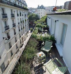 Terrasse avec mobilier Luxembourg couleur vert Tilleul Fermob