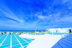 ギリシャ・キクラデス諸島にあるミコノス島やサントリーニ島は、白と青の鮮やかな色づかいが素敵な島。そんなエーゲ海でのリゾート気分を味わいたいけれど、ちょっと遠いなんて方は、与論島にレッツゴー! まるでギリシャのような風景が広がる「与論島」...