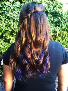 Mechas de color violeta/morado y trenza.