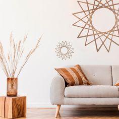 €89,95 kit de dos soles. #decoracion #madera #decoracionmadera #interiorismo #salon #casa #decorar Este Mabui contiene dos dos soles en tamaño grande y mini para decorar con ellos  la pared de tu salón, habitación o salas más íntimas. Están fabricado artesanalmente en madera natural, revestido sobre fresno y acabado en un tono nogal. Decoración perfecta para tu casa. Love Seat, Couch, Throw Pillows, Bed, Furniture, Home Decor, Hardwood, Interiors, Settee