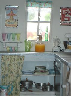 Carolyn's Little Kitchen. Shabby cottage dollhouse at Carolynslittlekitchen.blogspot. I thought this was real.