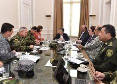 Santos convocó a reunión sobre la incursión de militares Venezolanos en Arauca La canciller María Ángela Holguín, el ministro de Defensa, Luis Carlos Villegas y altos mandos de la fuerza pública analizan la situación.