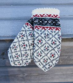 Knitted Mittens Pattern, Knit Mittens, Knitted Gloves, Knitting Charts, Hand Knitting, Knitting Patterns, Wrist Warmers, Knitting Accessories, Ravelry