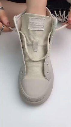 Uma forma bem criativa e diferenciada para amarrar o cadarço do tênis ou bota! Ways To Lace Shoes, How To Tie Shoes, Diy Clothes And Shoes, Diy Fashion Hacks, Diy Fashion Videos, Fashion Tips, Everyday Hacks, Diy Crafts Hacks, Clothing Hacks