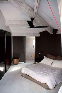 Une chambre à coucher à l'abri des poutres