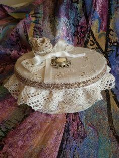Scatolina cartone decorata con pizzo,stoffa,passamaneria,nastrino e bigiotteria.