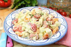 Der rundum satt und happy Salat... 4 Portionen als Hauptmahlzeit 650 ml Gemüsebrühe 300 g Hähnchenbrustfilet, in Minutensteaks geschnitten 900 g Kohlrabi,