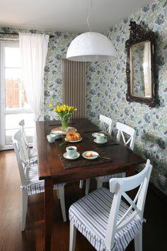Rodzinna jadalnia z dużym stołem znajduje się między kuchnią i salonem. Fot. Bartosz Jarosz. Dining Table, Furniture, Ideas, Home Decor, Decoration Home, Room Decor, Dinner Table, Home Furnishings, Dining Room Table