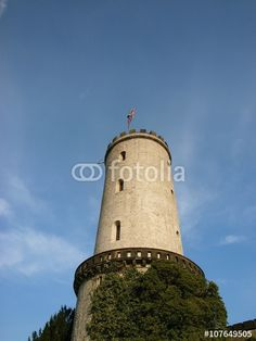 Der alte Wehrturm der Sparrenburg im Licht der Abendsonne in Bielefeld im Teutoburger Wald