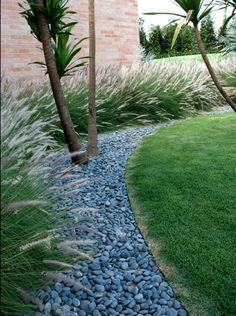 42 Magnificent Pebble Front Yard Landscaping You'll Love - Gardens Landscaping Pebble Landscaping, Home Landscaping, Landscaping With Rocks, Front Yard Landscaping, Lawn Edging, Garden Edging, Pebble Garden, Front Yard Design, Ornamental Grasses