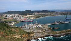 Nova dragagem concluída há 10 meses representa um marco histórico para o terminal, que conta agora com a maior profundidade entre os portos do Sul do Brasil Uma nova fase começa para a região Sul de Santa Catarina. Na tarde de 22 de outubro f