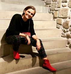 De Marquet - Raffaella Iten Metzger : Styling a fall-winter look featuring tartan pants, red ankle boots and a Night&Day bag with a red python cover. Winter Looks, Fall Winter, Red Ankle Boots, Tartan Pants, Day Bag, Day For Night, Python, Hipster, Punk