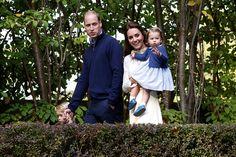 Во время своего визита в Канаду принц Джордж и принцесса Шарлотта вместе появились на публике, что случается редко, и играли вместе с детьми канадских военных.
